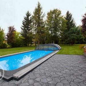 Šedá dlažba Ferobet k dostání v obchodě Gremis, příklad použití u bazénu